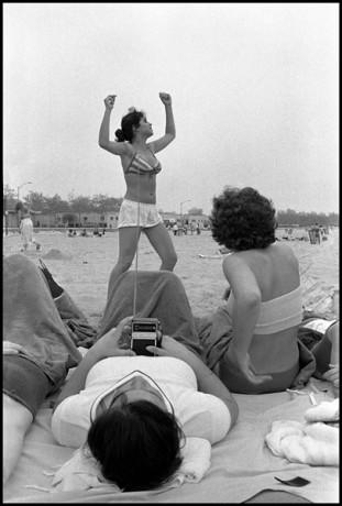 USA. New York CIty. 1978.  Pebbles at Rockaway Beach.